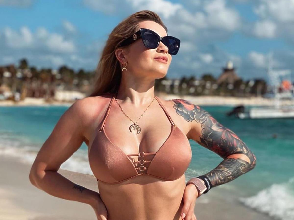 Ewelina Lisowska na plaży