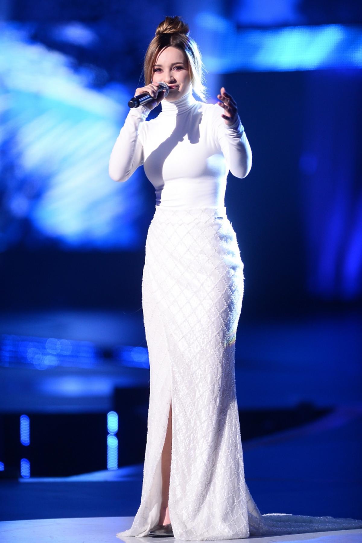Ewelina Lisowska w długiej białej sukni