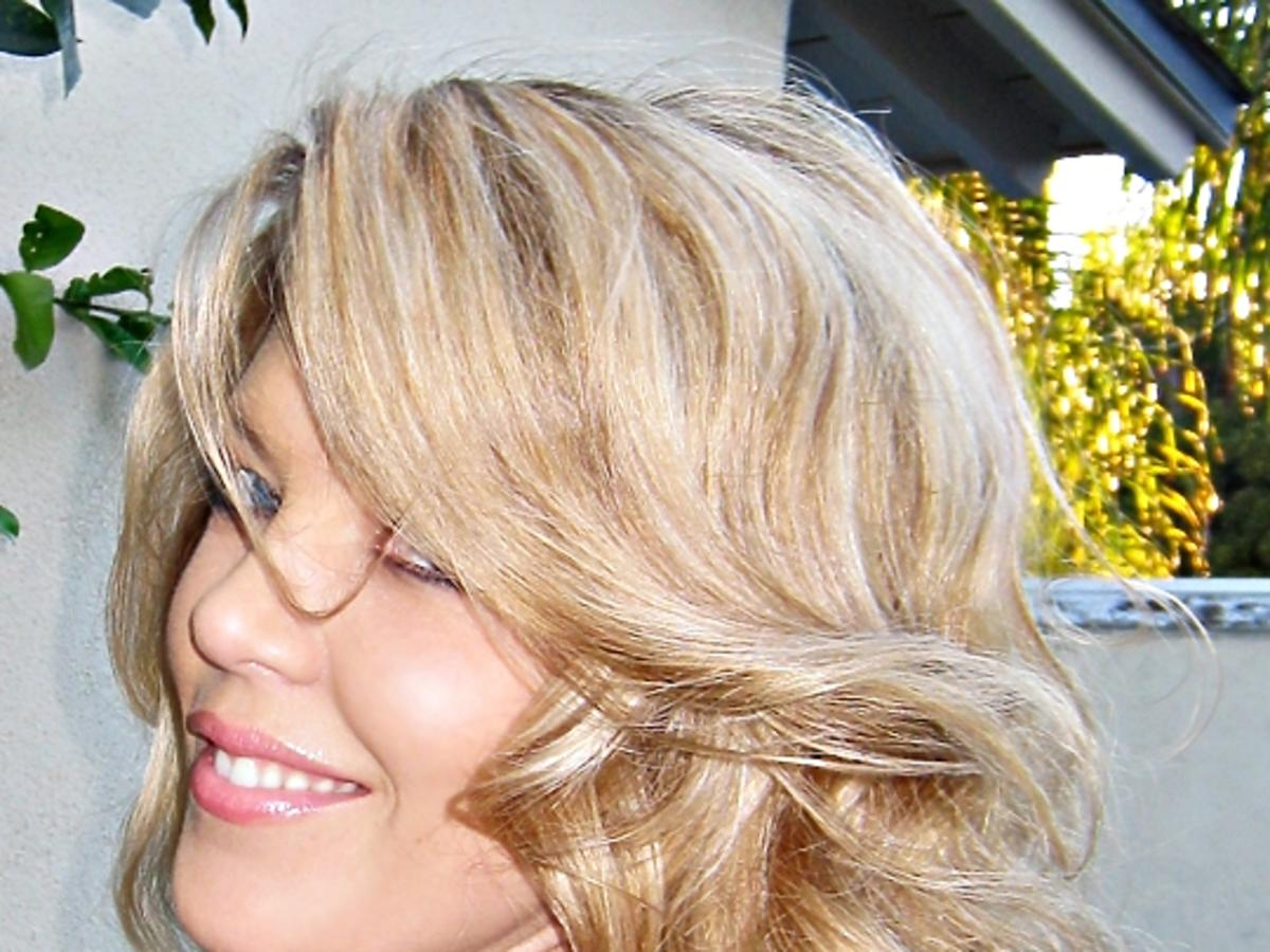 Fale na półdługich blond włosach