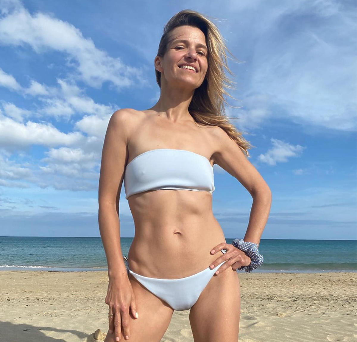 Fani zarzucają Joannie Koroniewskiej, że jest za chuda. Aktorka pozuje w bikini i odpiera zarzuty o anoreksję
