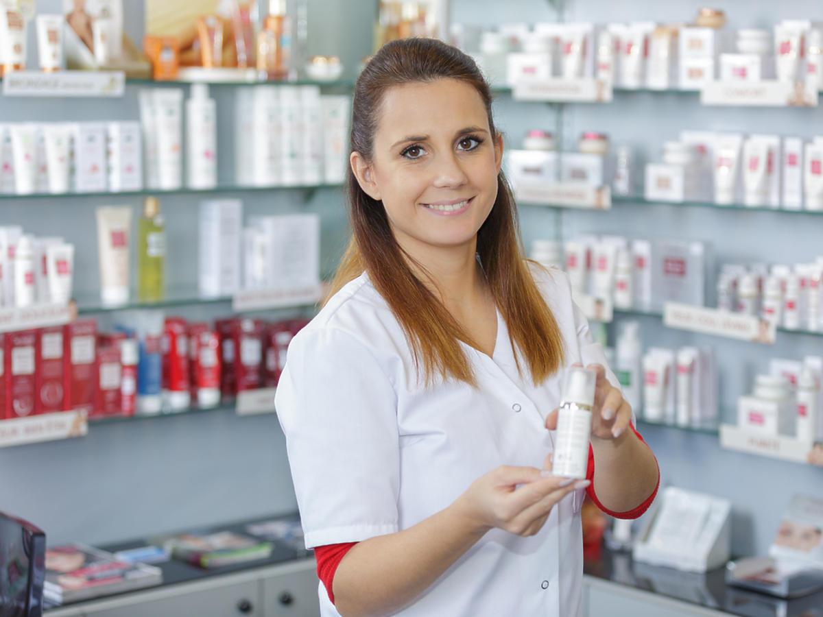 farmaceutka pokazująca kosmetyki