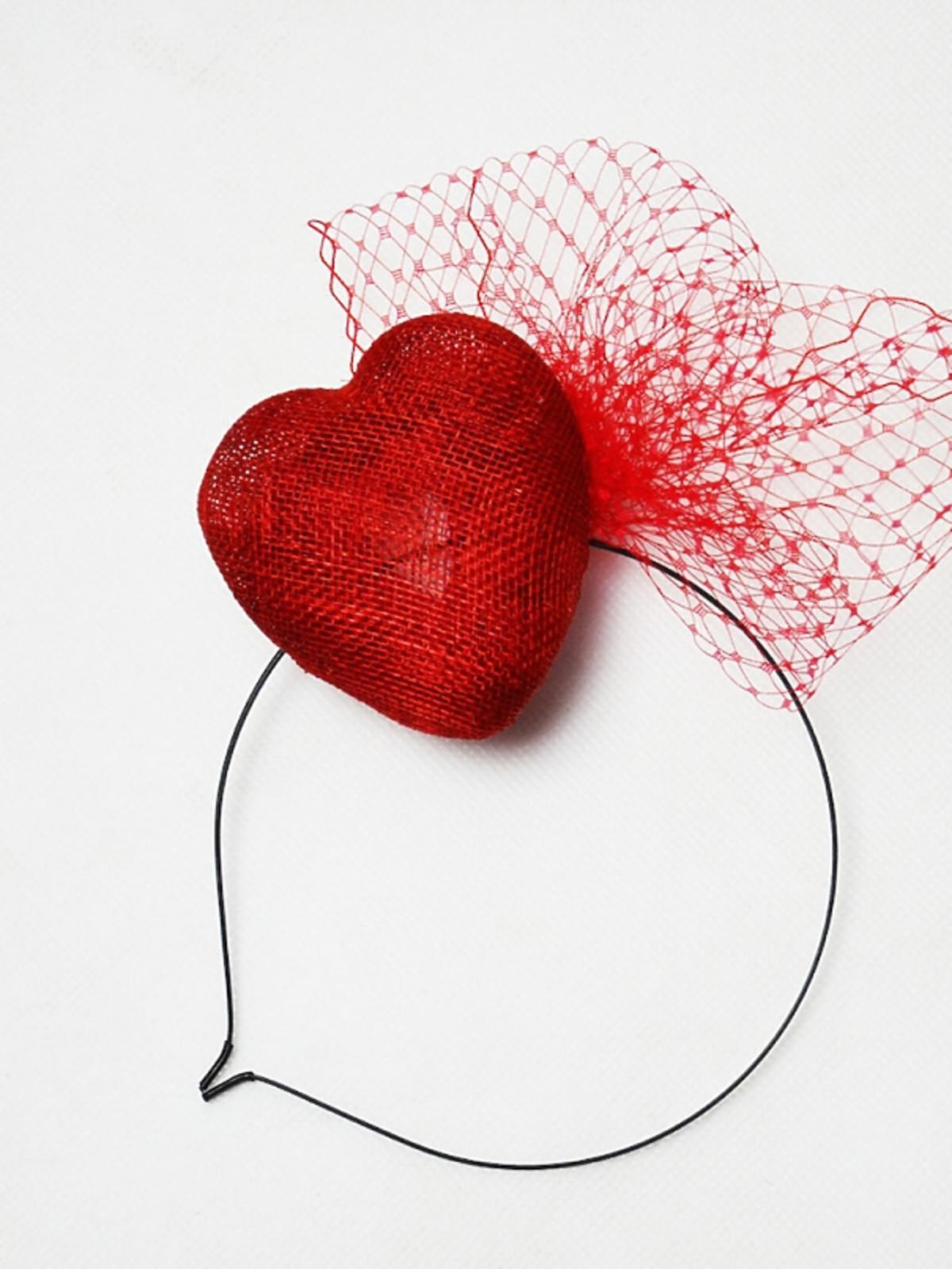 Fascynator z czerwonym sercem