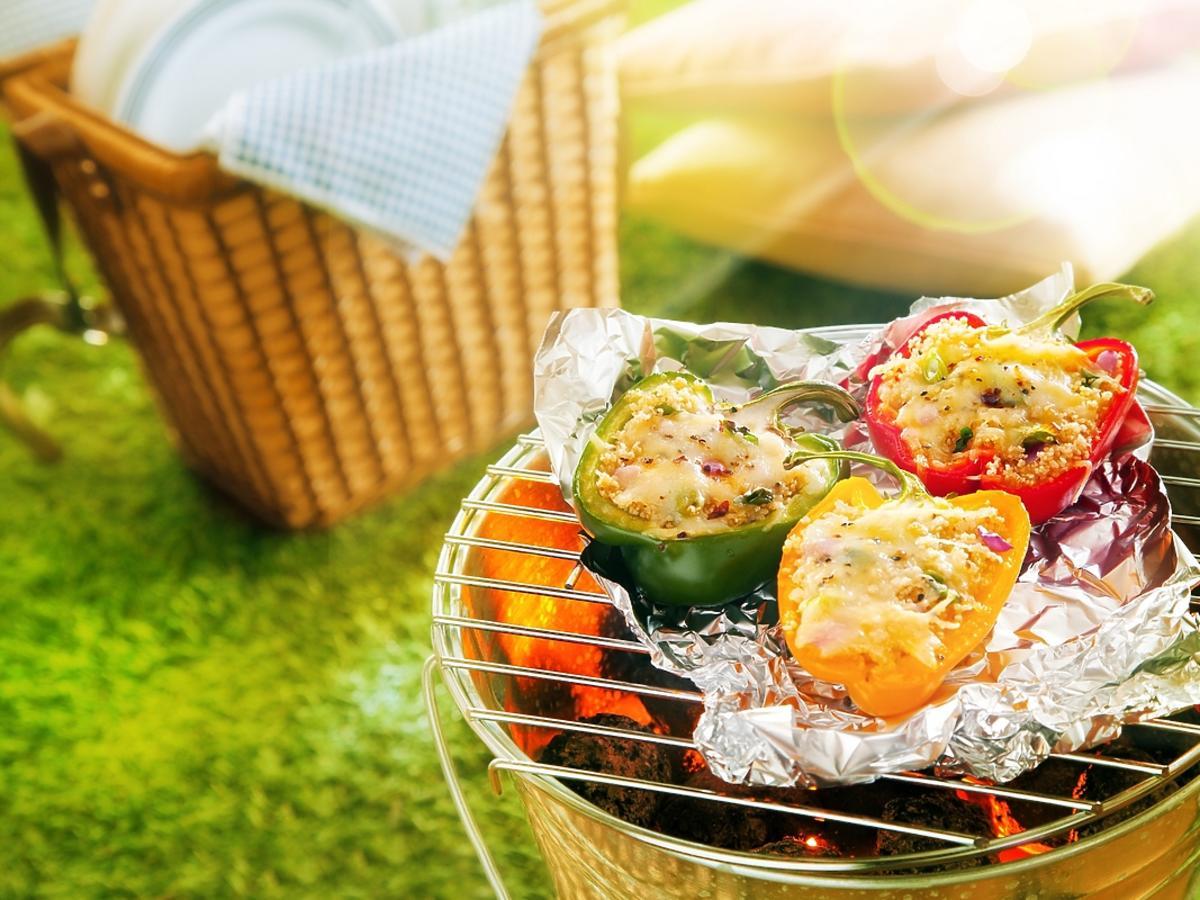 Faszerowana papryka na grillu zrobiona w wersji wegańskiej.