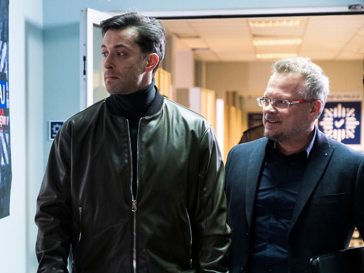 Filip Bobek i Piotr Szwedes na planie serialu