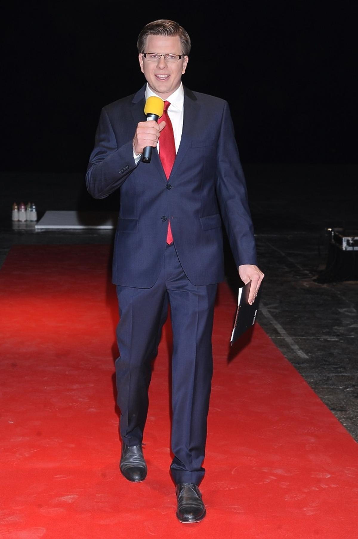 Filip Chajzer w garniturze