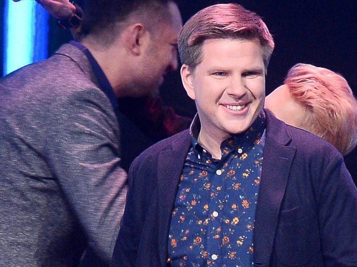 Filip Chajzer w koszuli w kwiatki