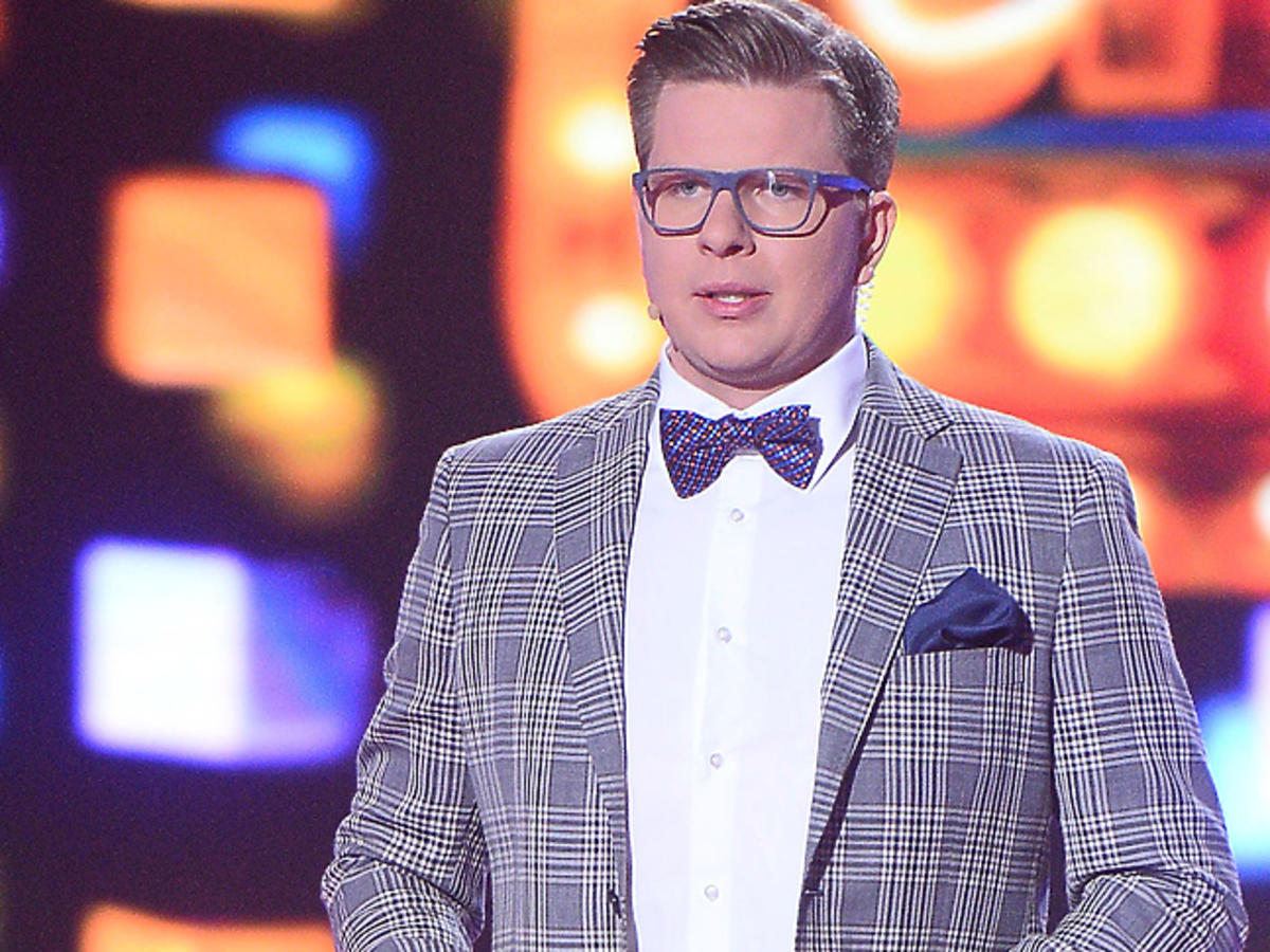 Filip Chajzer w okularach