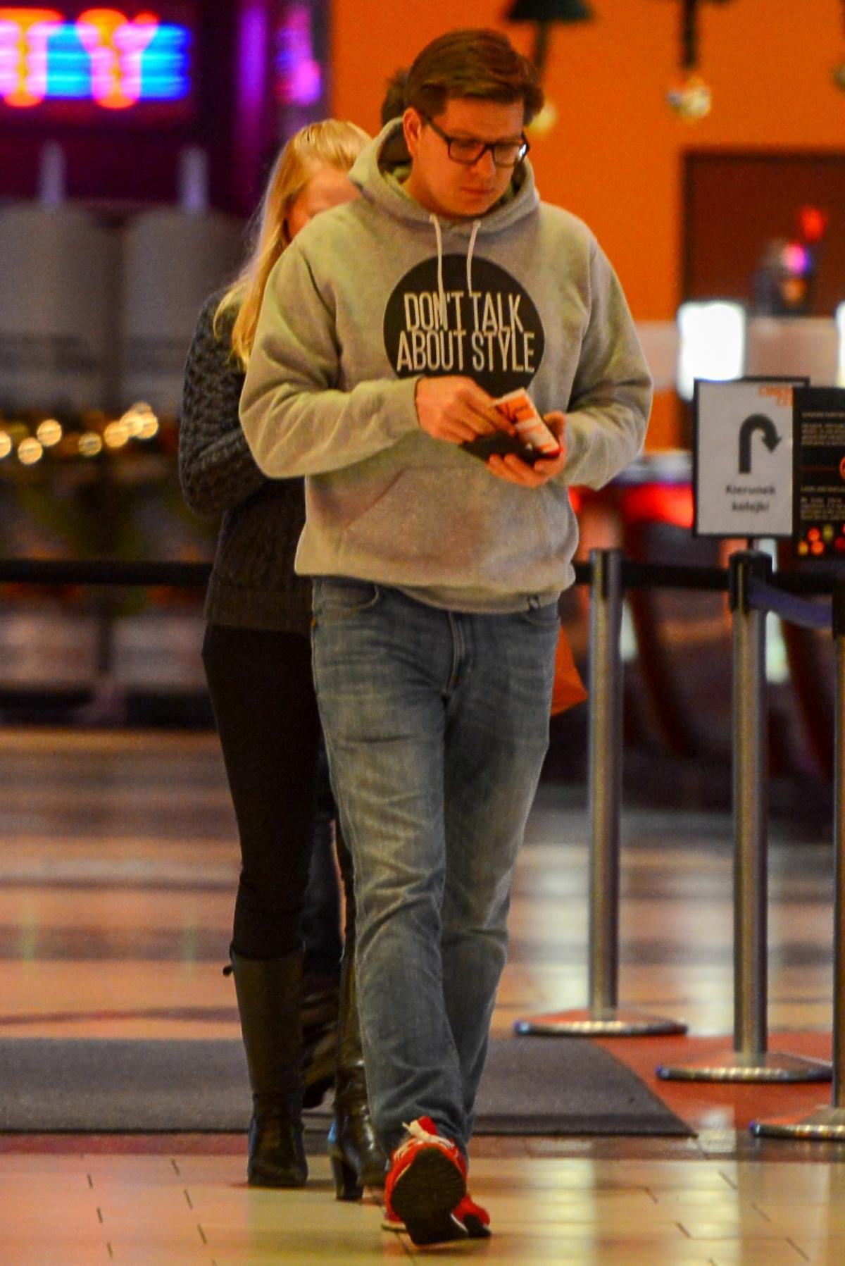 Filip Chajzer w szarej bluzie