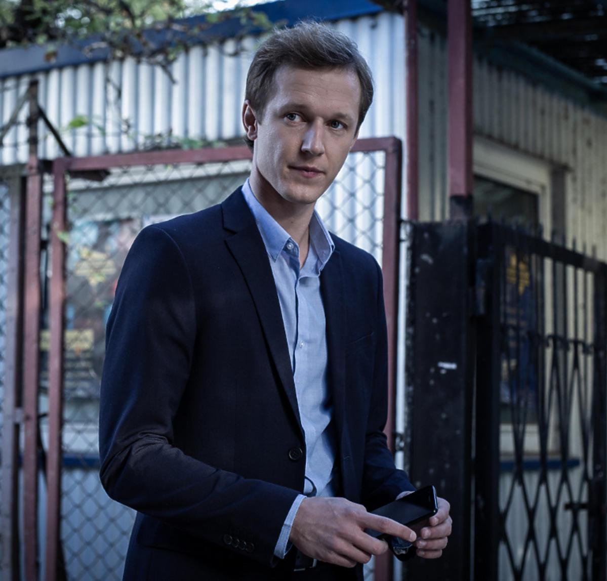 Filip Pławiak na planie serialu TVN