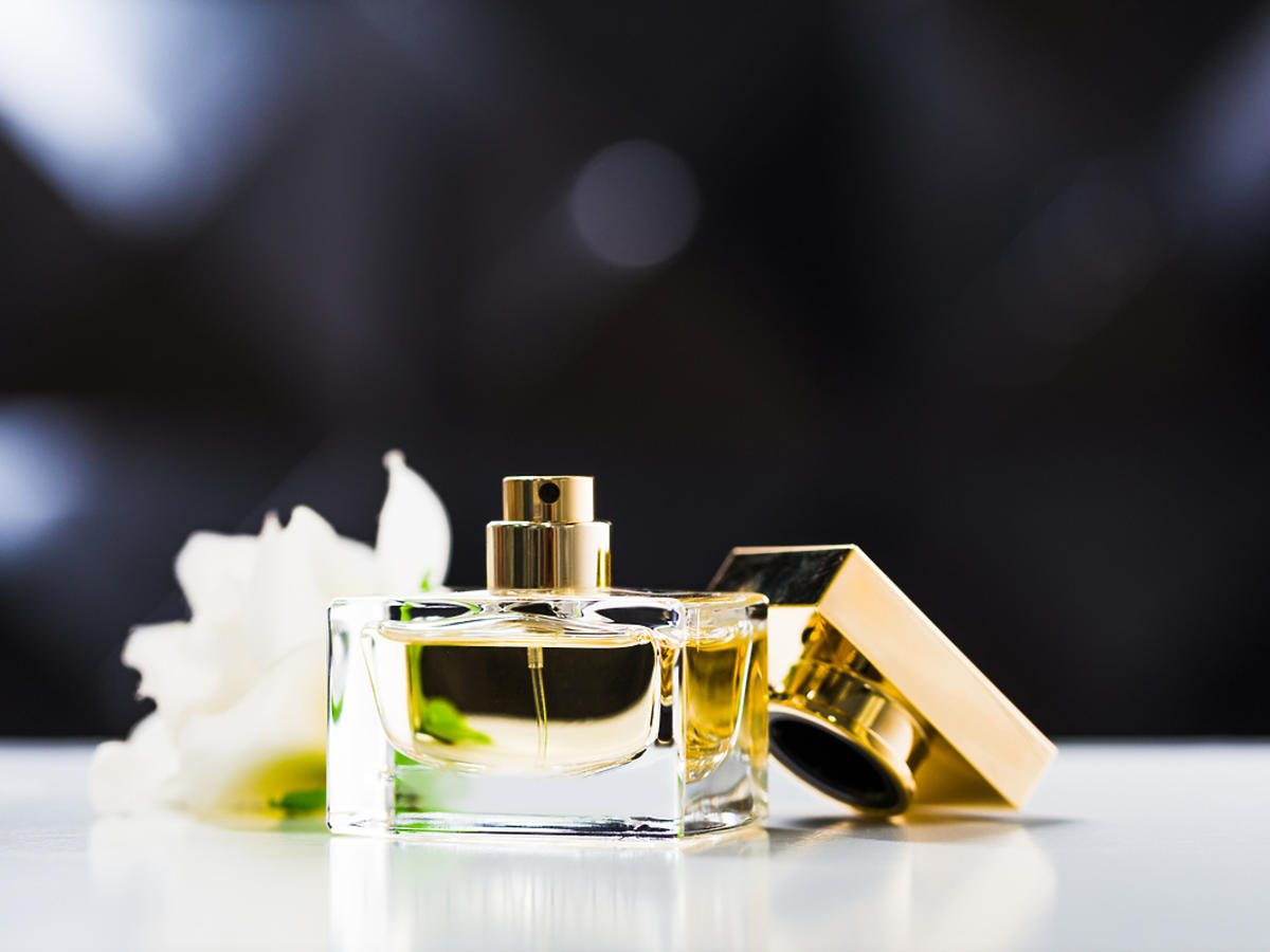Flakon perfum stoi na stole.