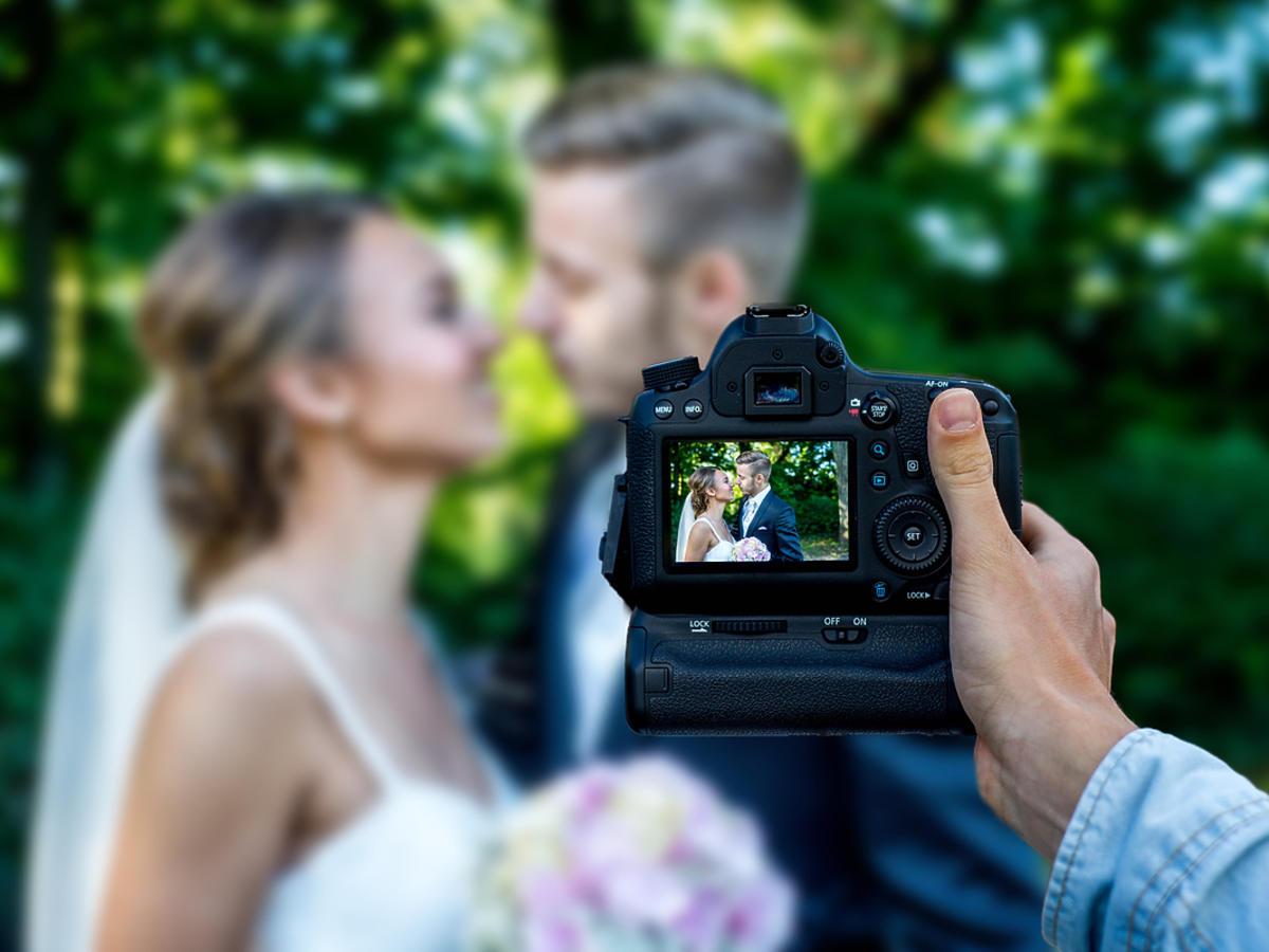 Fotograf robi zdjęcie nowożeńcom