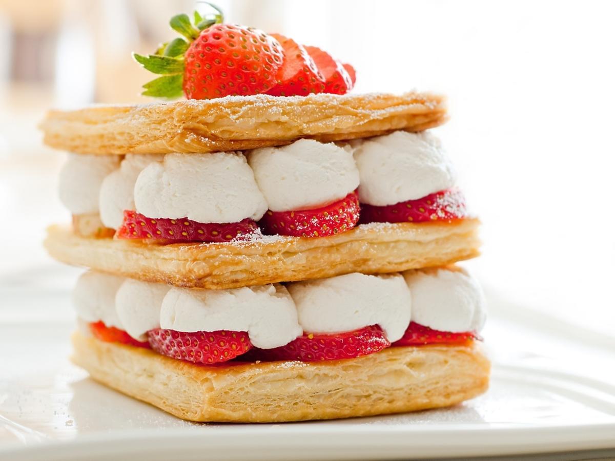 francuskie ciasto złożone z trzech warstw, przełożone kremem i truskawkami