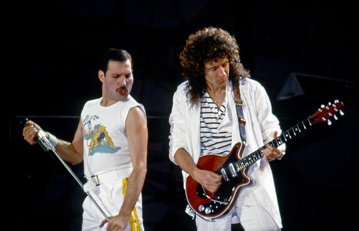 Freddie Mercury i Brian May z zespołu Queen na scenie