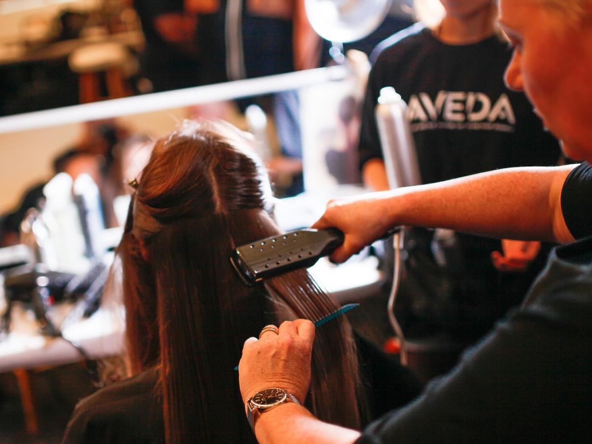 fryzjer prostuje włosy