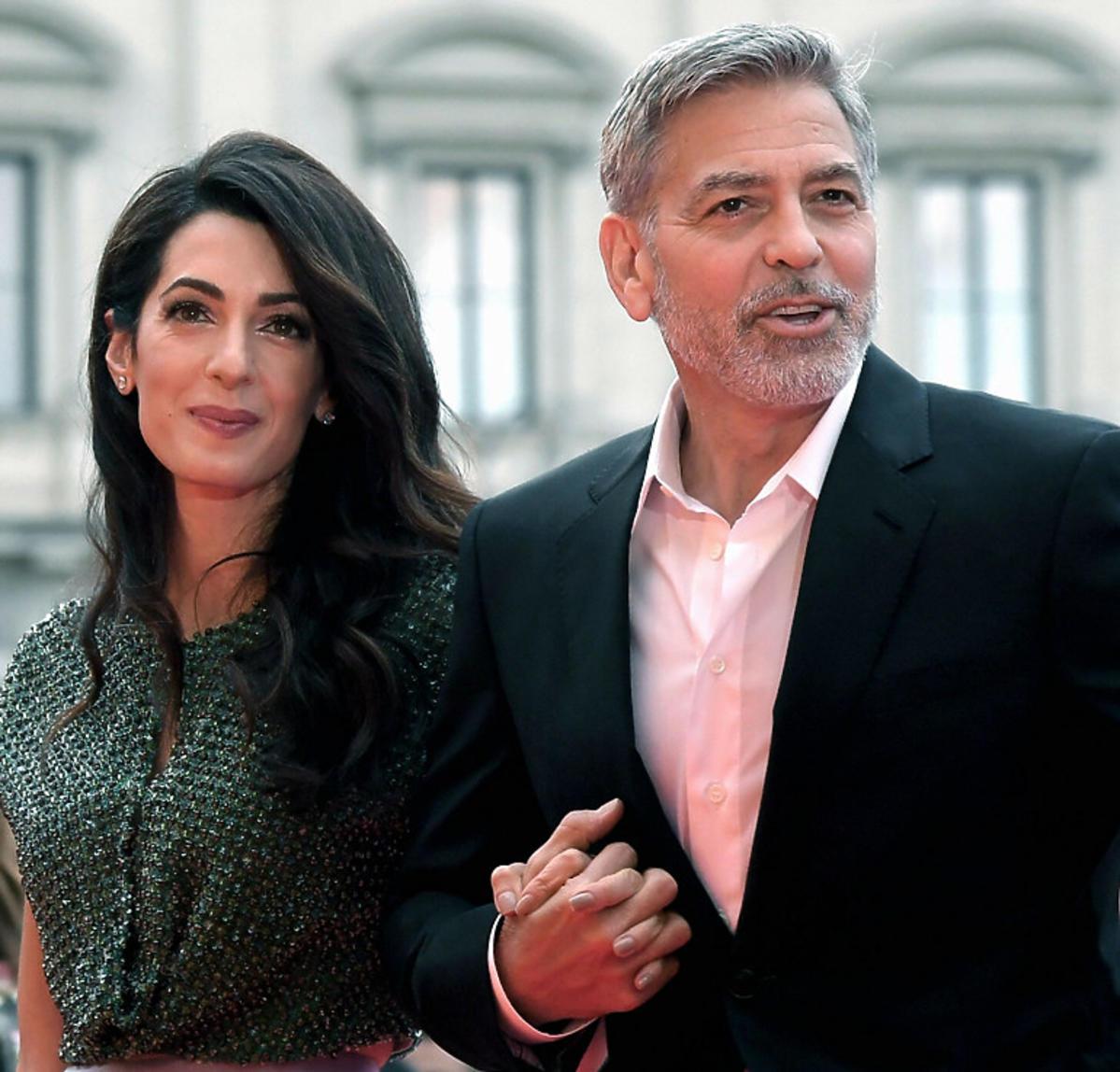 Gorge Clooney idzie pod rękę z żoną Amal Clooney