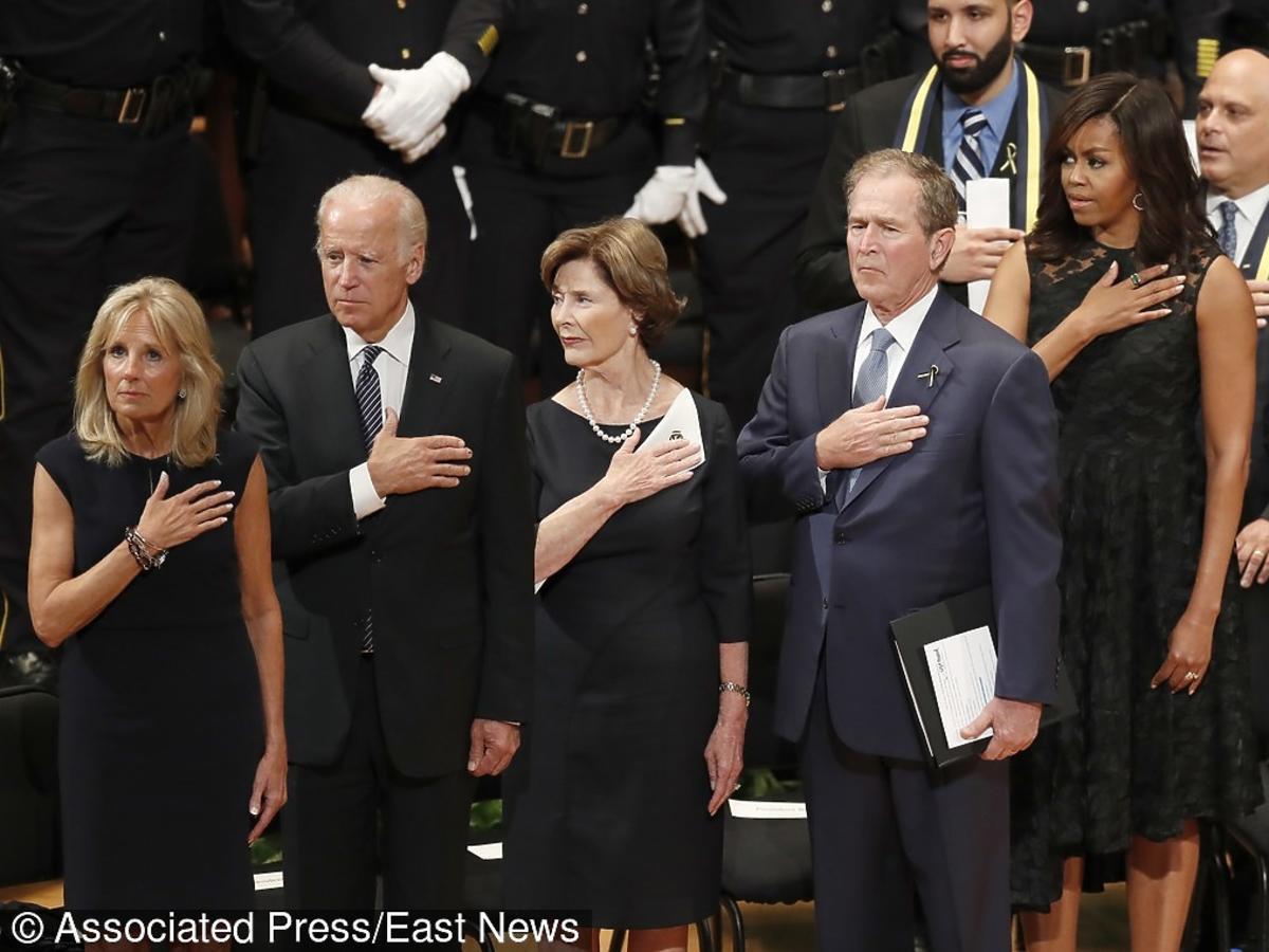 George W. Bush uśmiecha się i tańczy na uroczystości pogrzebowej