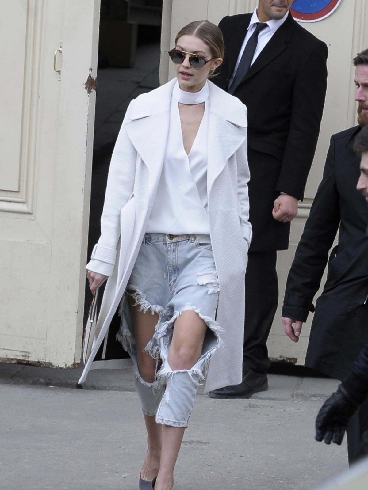 Gigi Hadid w białym płaszczu i dziurawych dżinsach