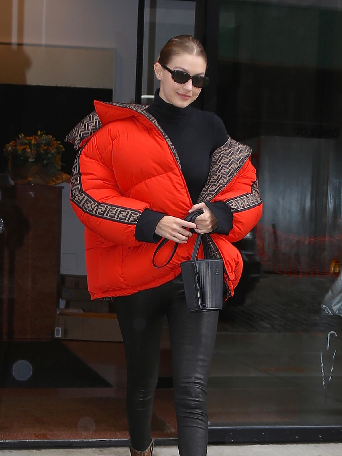 Gigi Hadid w czerwonej kurtce puchowej