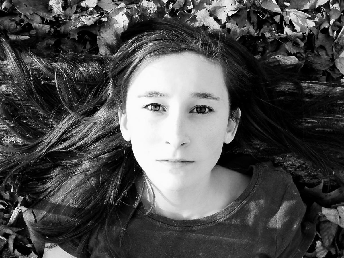 głowa dziewczyny w liściach