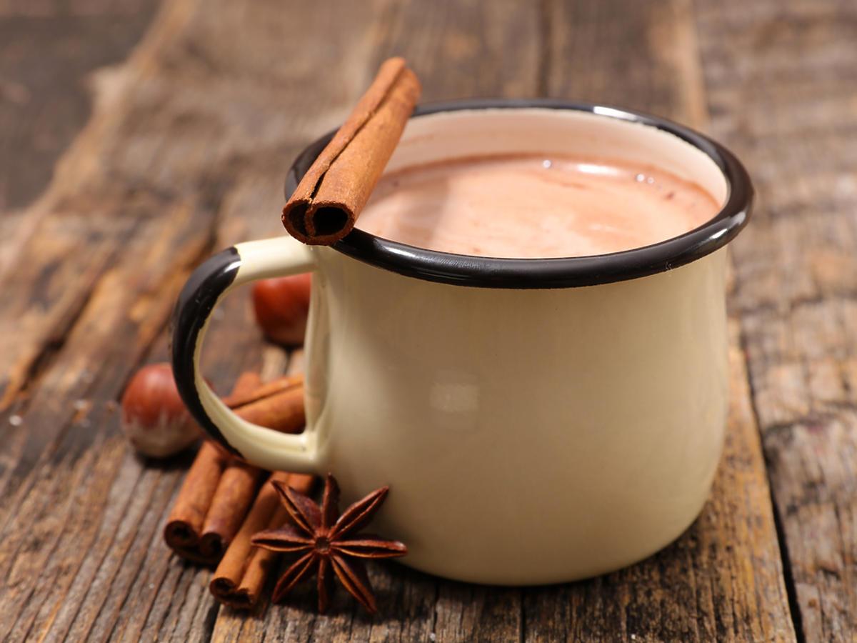 gorąca czekolada z cynamonem w metalowym kubku