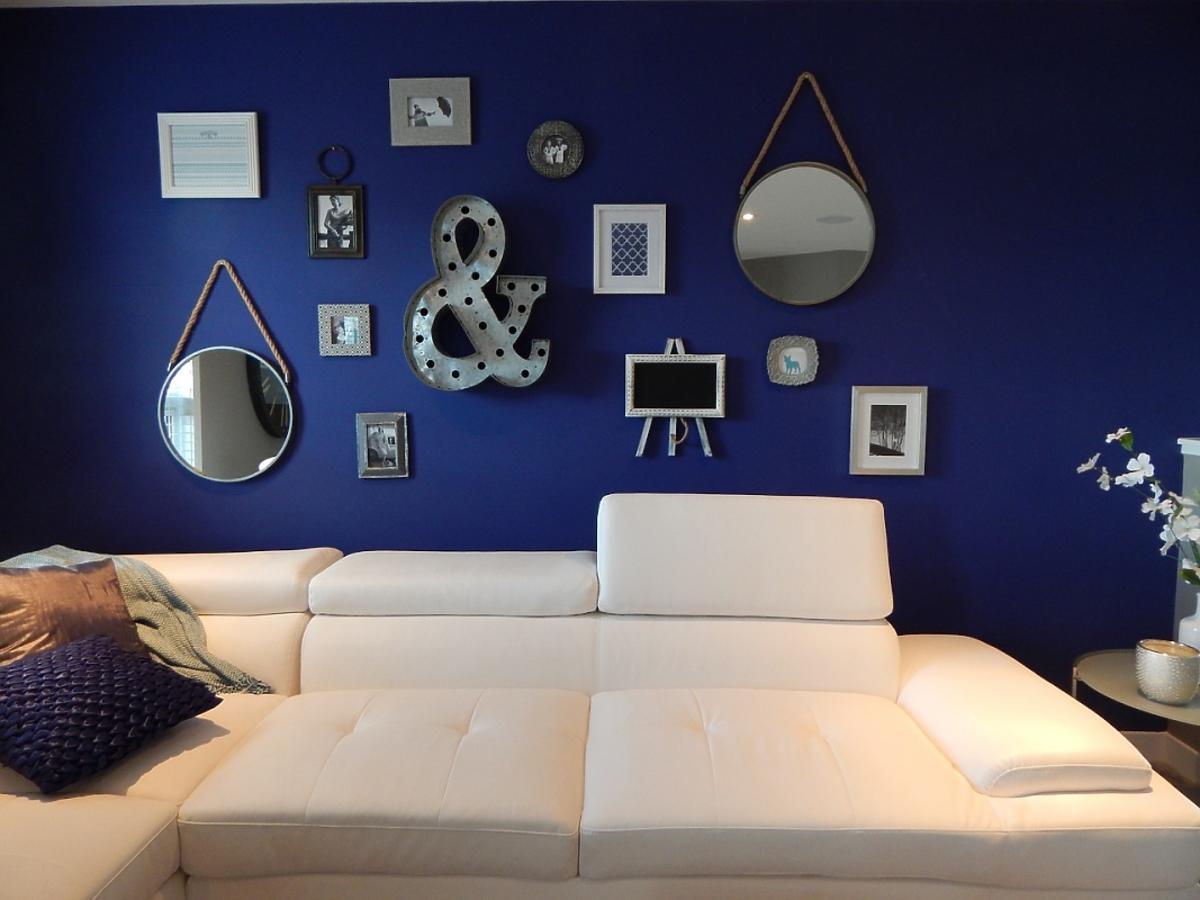 Granatowe ściany pokoju