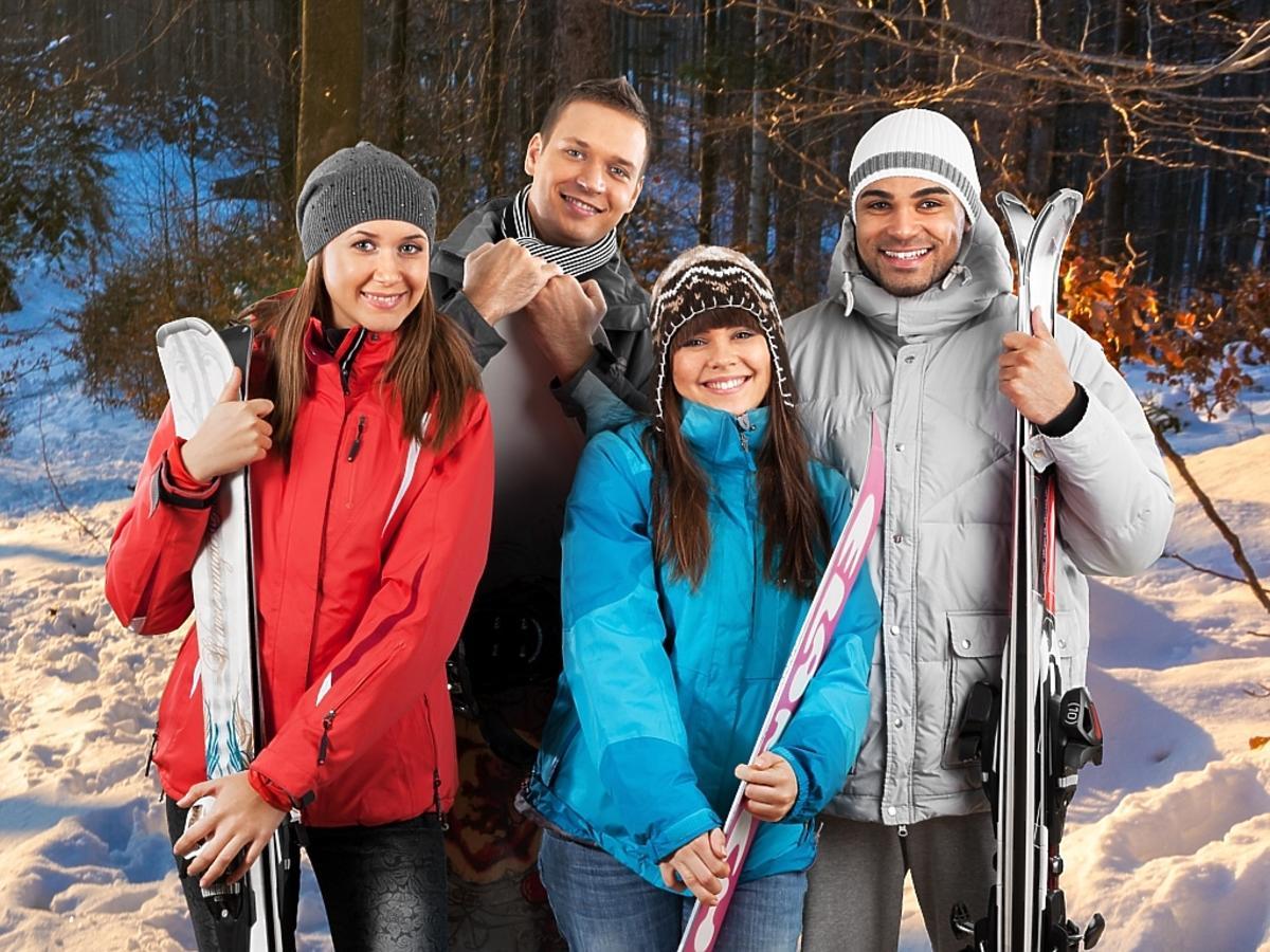 grupa ludzi na nartach