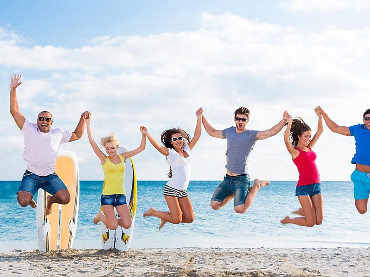 Grupa ludzi na plaży