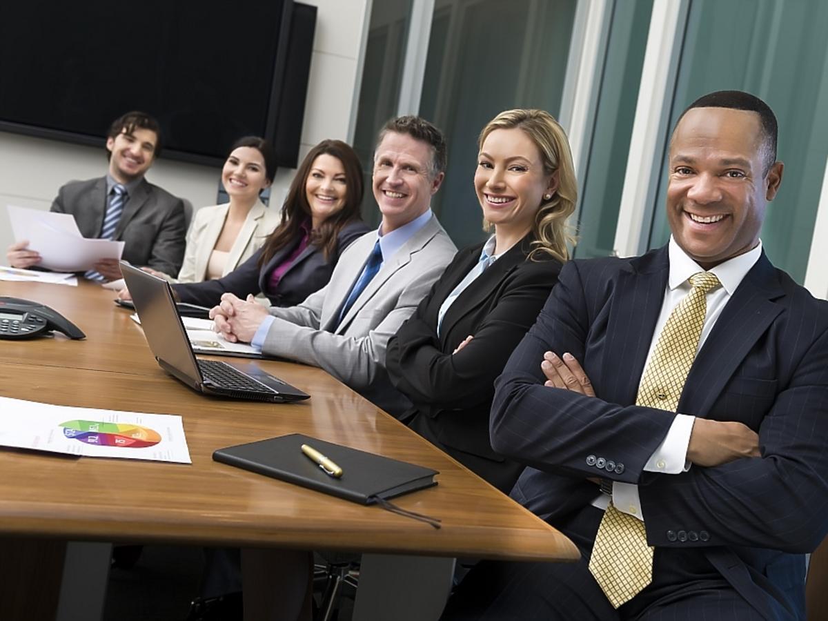 grupa ludzi siedząca przy stole