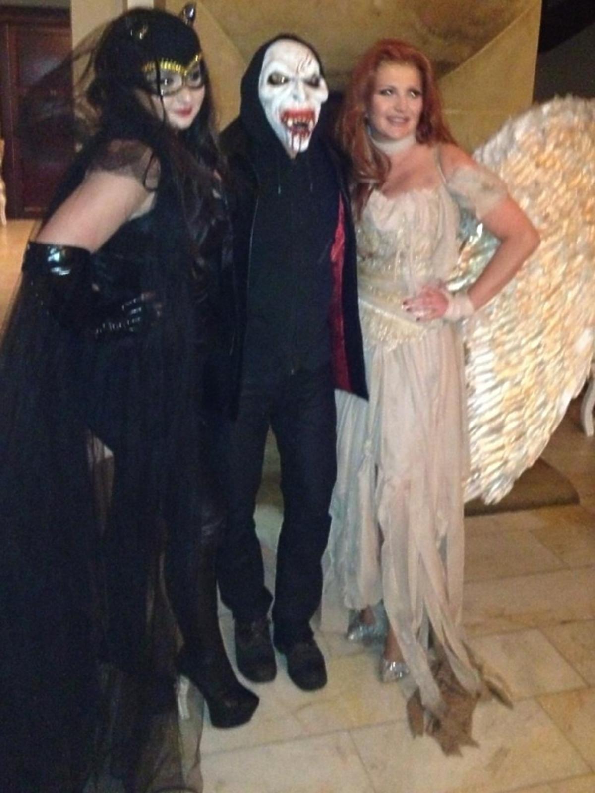 Grycanki na Halloween przebrały się za kobietę kota (Wiktoria) i anioła (Marta)