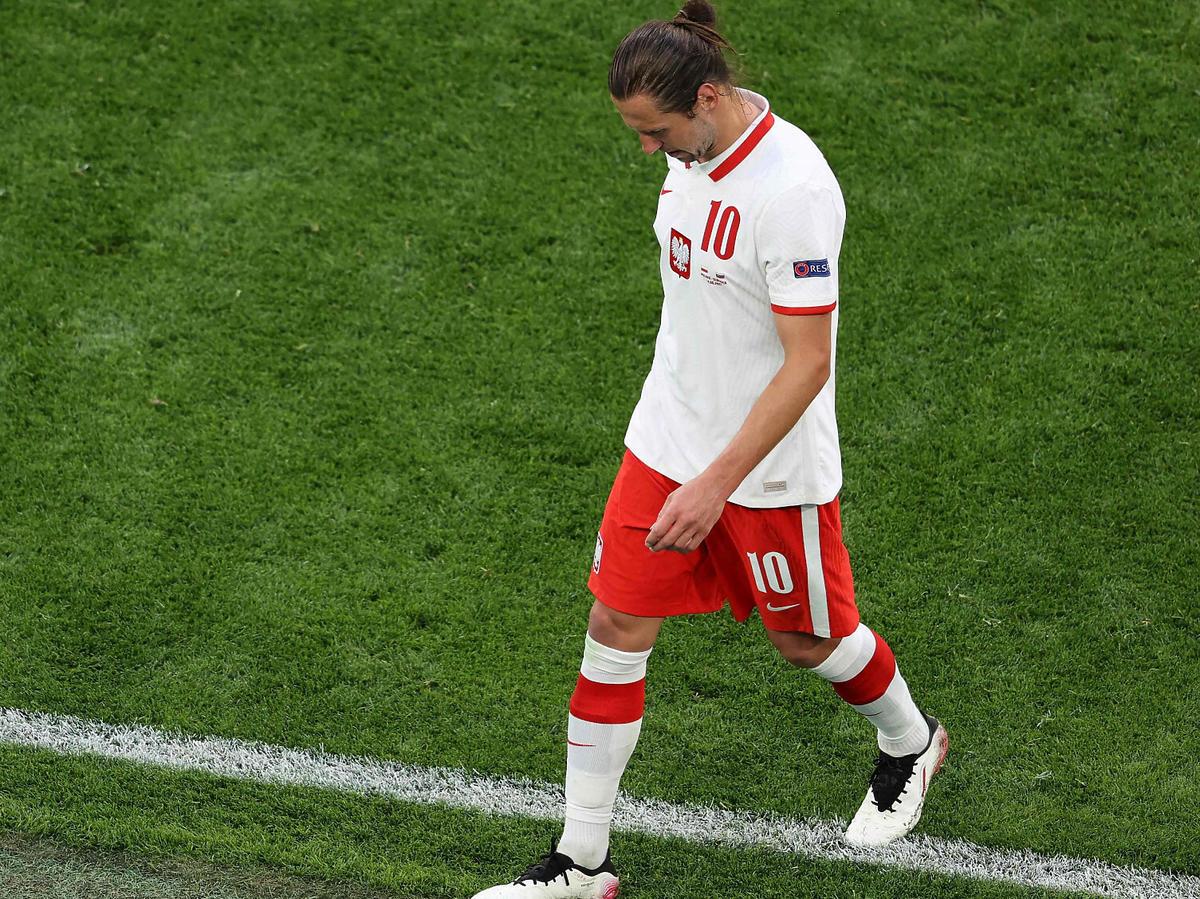 Grzegorz Krychowiak schodzi z boiska na Euro 2020