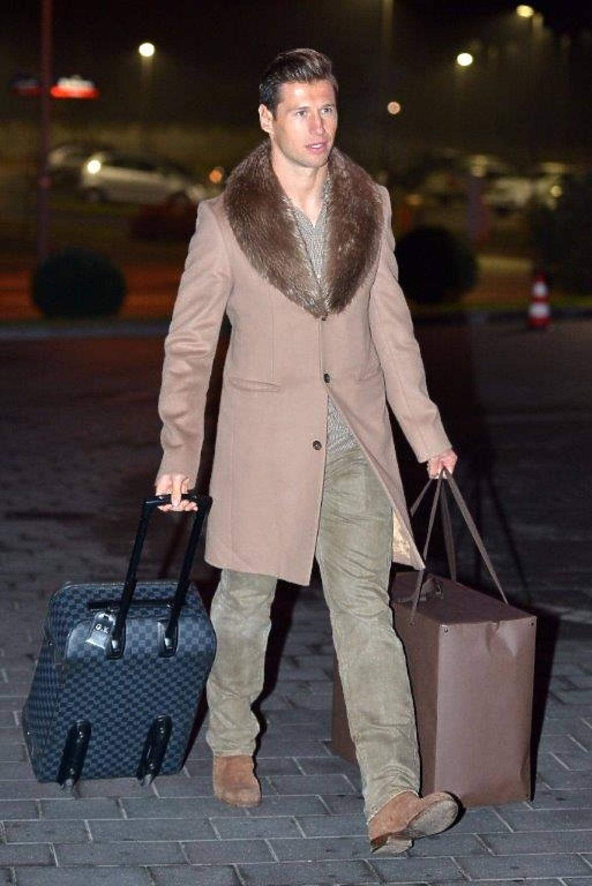 Grzegorz Krychowiak w camelowym płaszczu z futerkiem