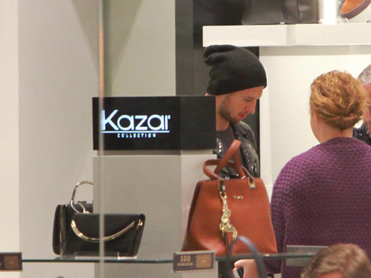 Grzegorz Krychowiak z ojcem kupuje buty Kazar