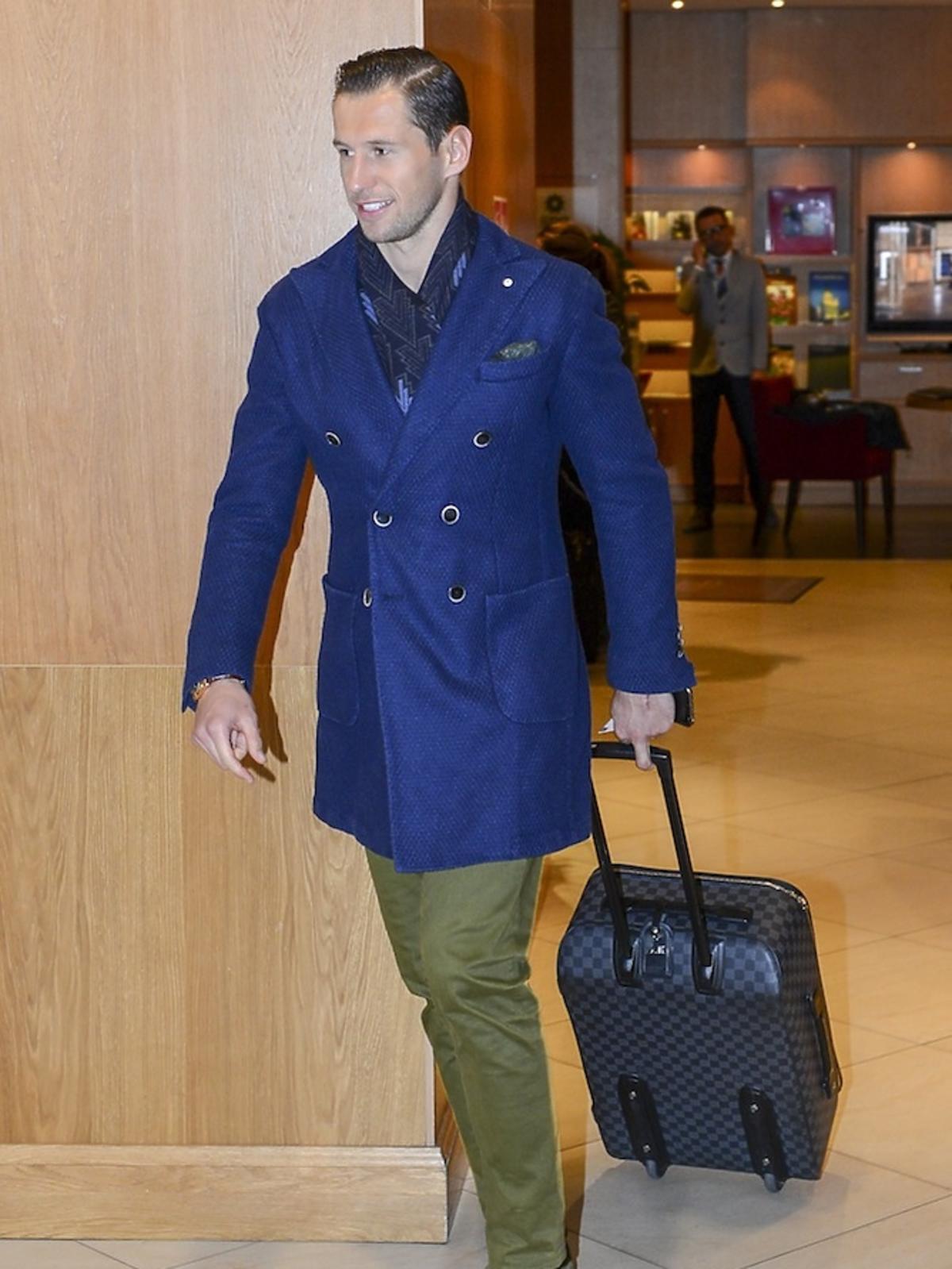 Grzegorz Krychowiak z walizką Gucci