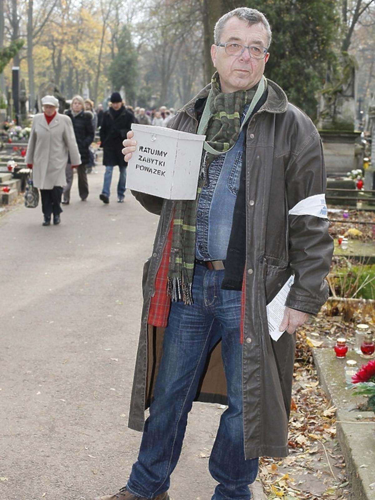 Grzegorz Miecugow podczas kwesty na Powązkach