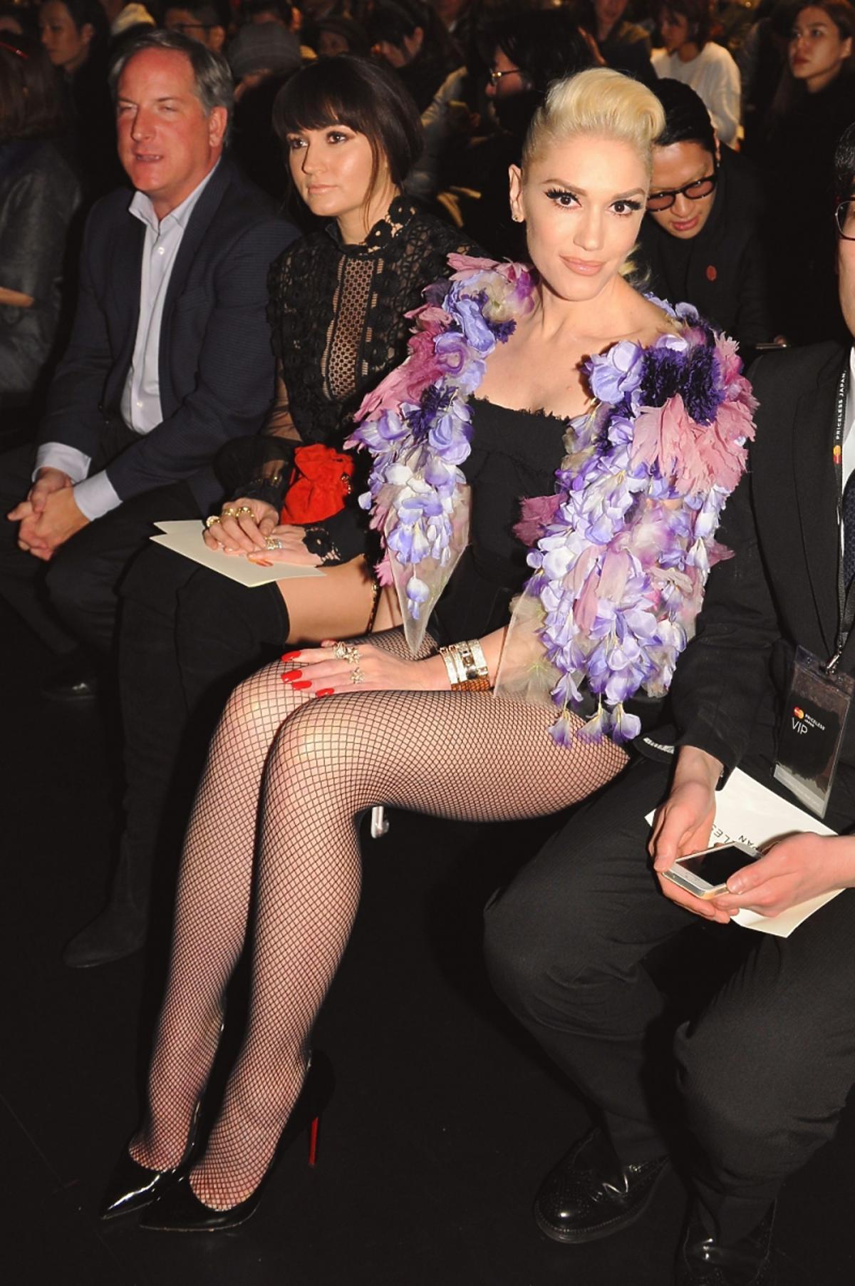Gwen Stefani w różowych piórach i kabaretkach siedzi na widowni