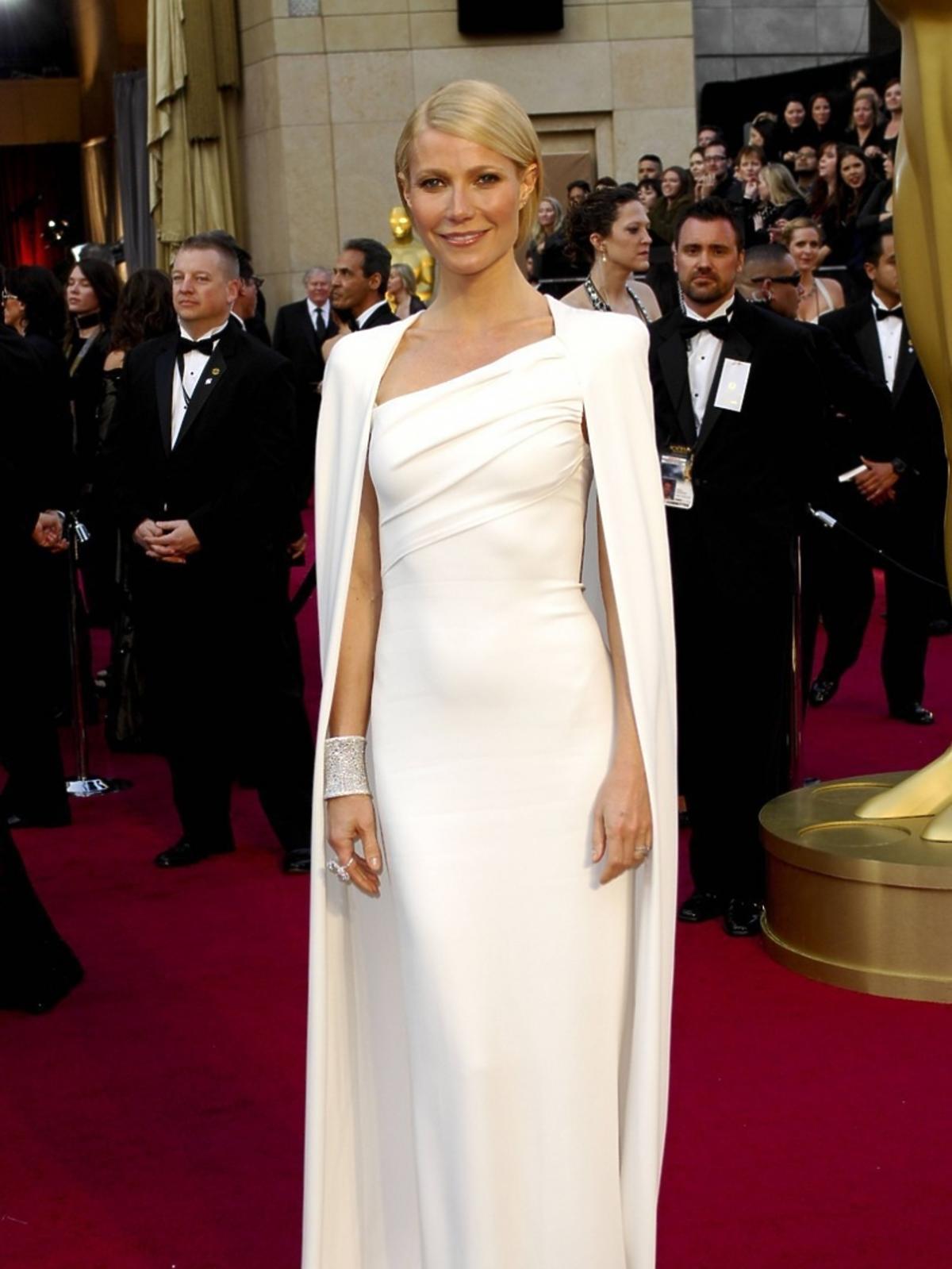 Gwyneth Paltrow w białej sukni i pelerynie do ziemi