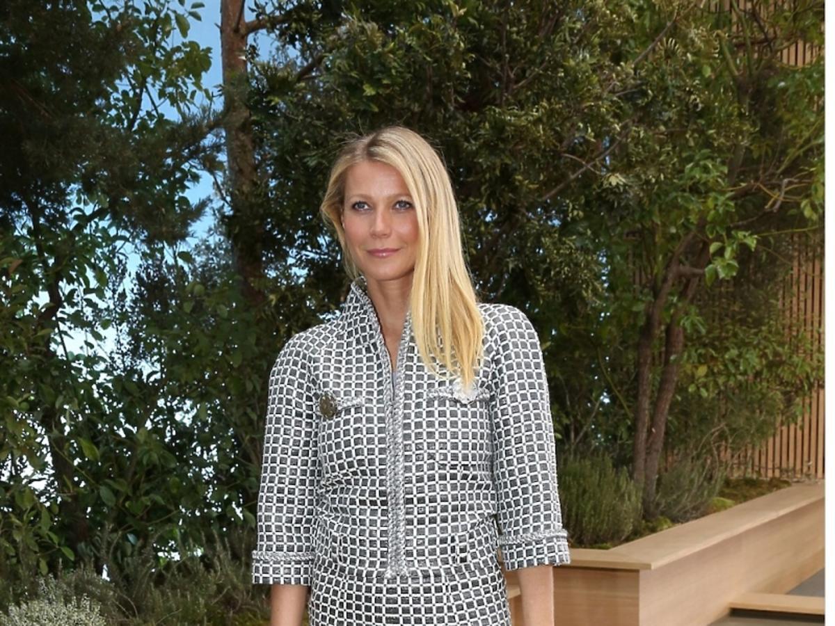 Gwyneth Paltrow w kostiumie w drobną szaro-biała kratkę