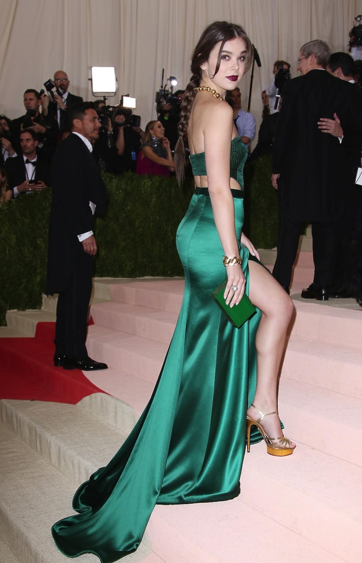 Hailee Steinfeld w długiej zielonej sukni na schodach