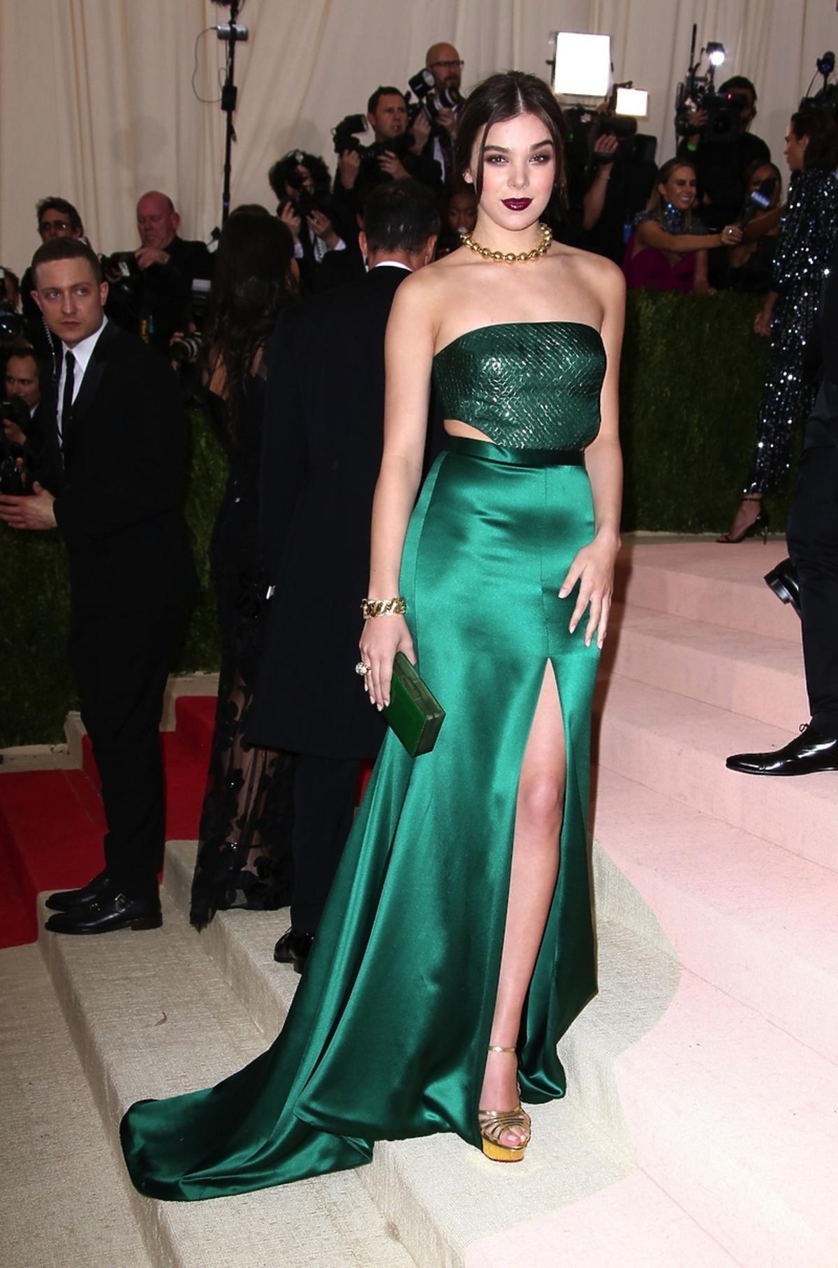 Hailee Steinfeld w zielonej sukni z rozcięciem