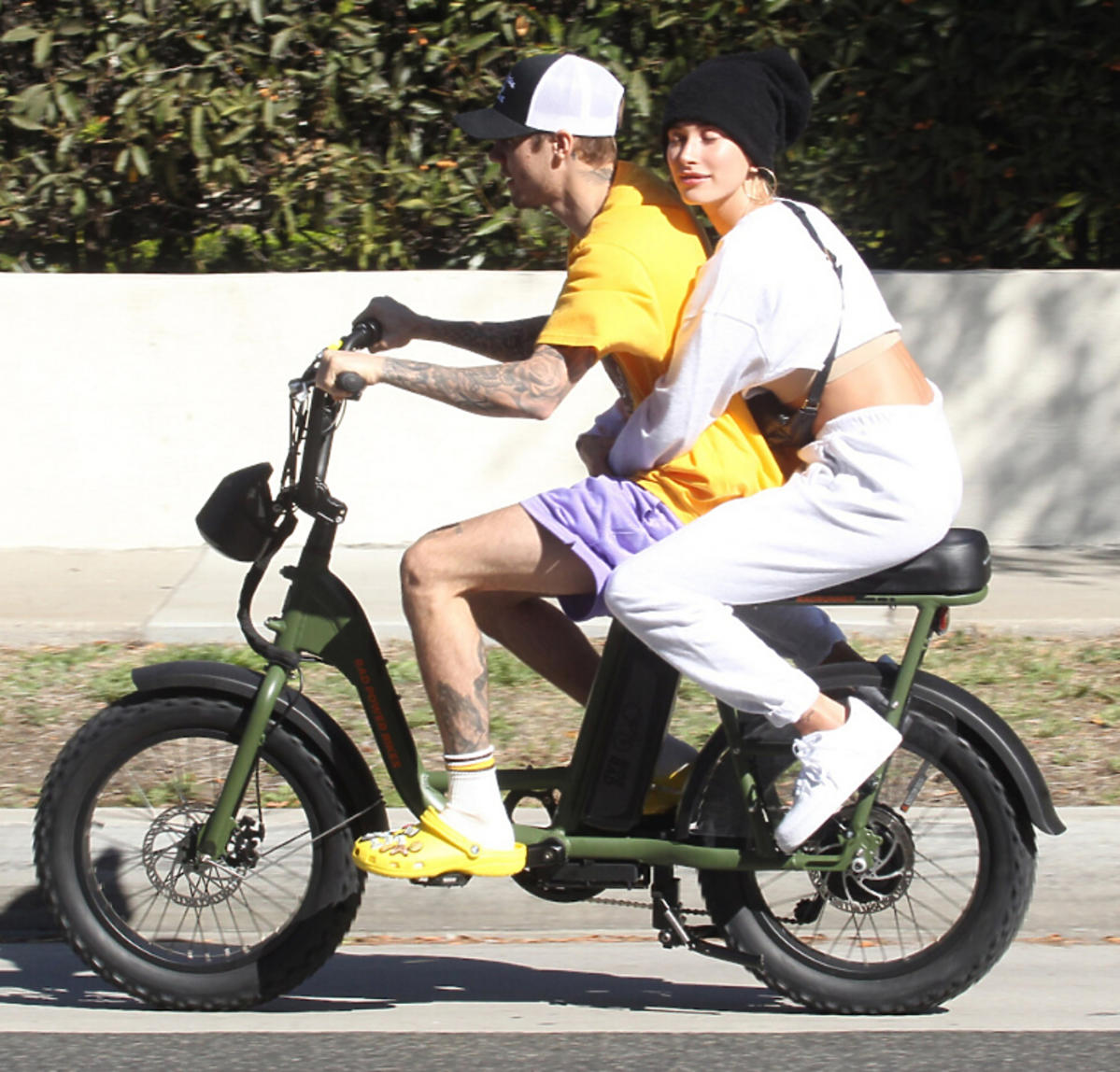 Hailey Bieber i Justin Bieber jadą na rowerze