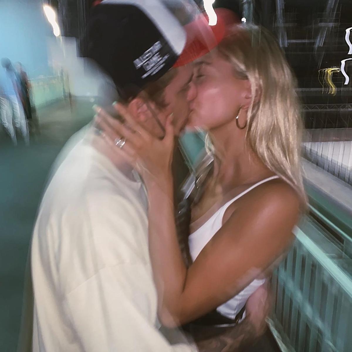 Hailey Bieber, Justin Bieber całująsię