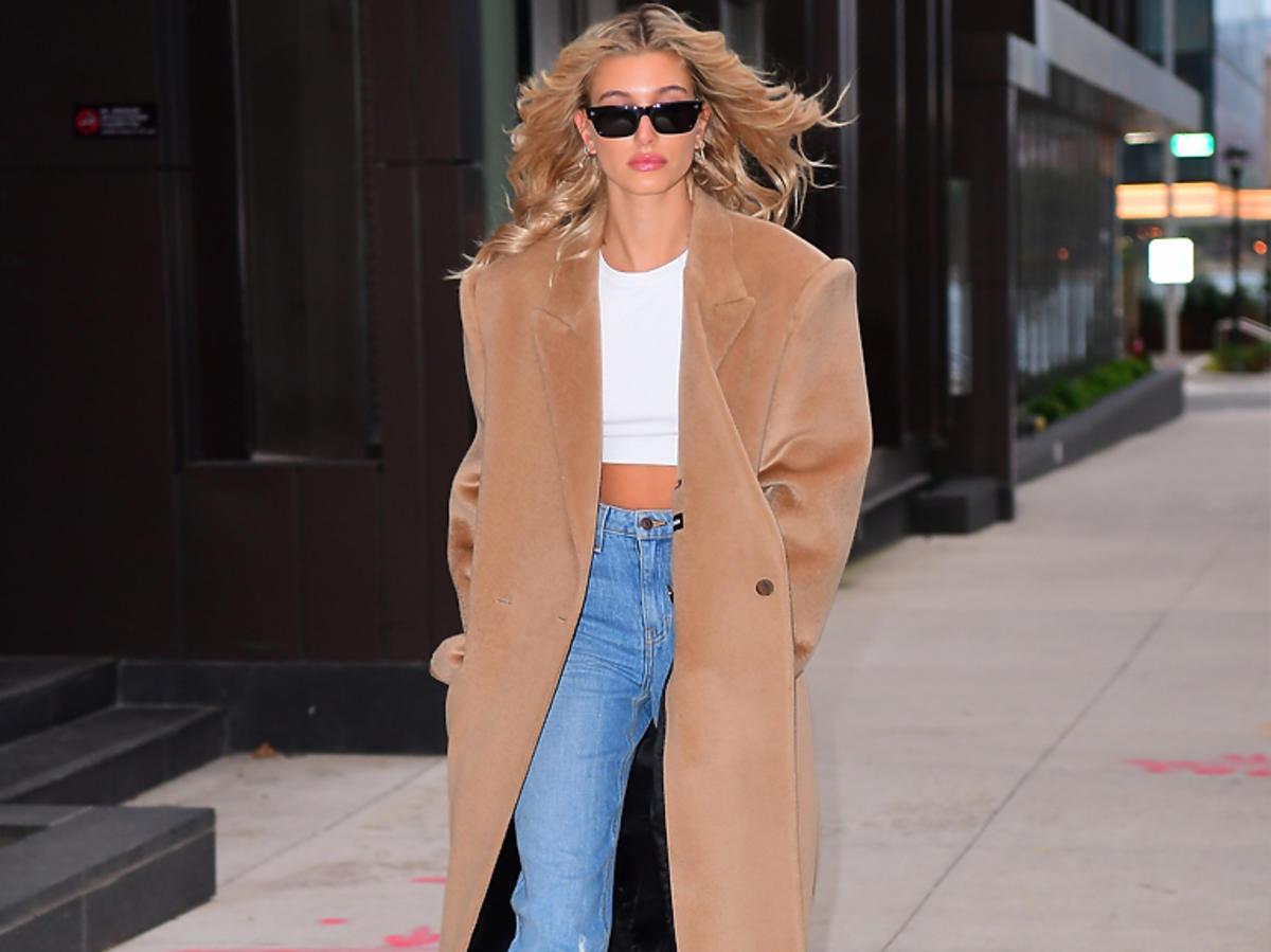 Hailey Bieber w kamelowym płaszczu