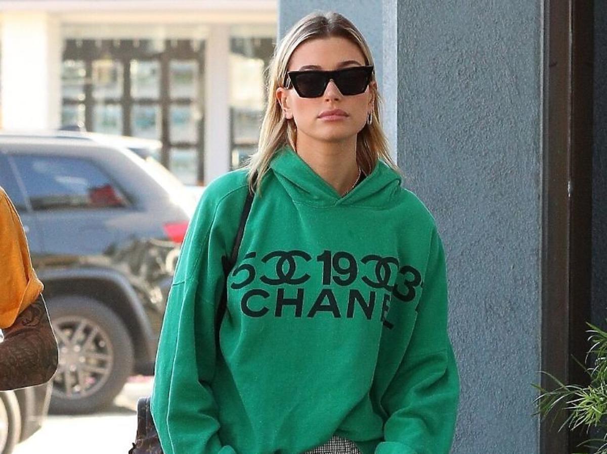 Hailey Bieber w zielonej bluzie z logo Chanel