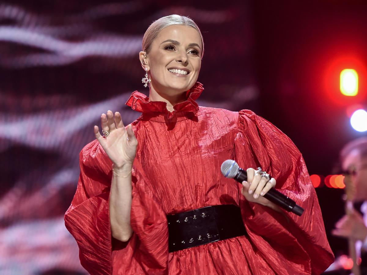 Halina Mlynkova w czerwonej sukni