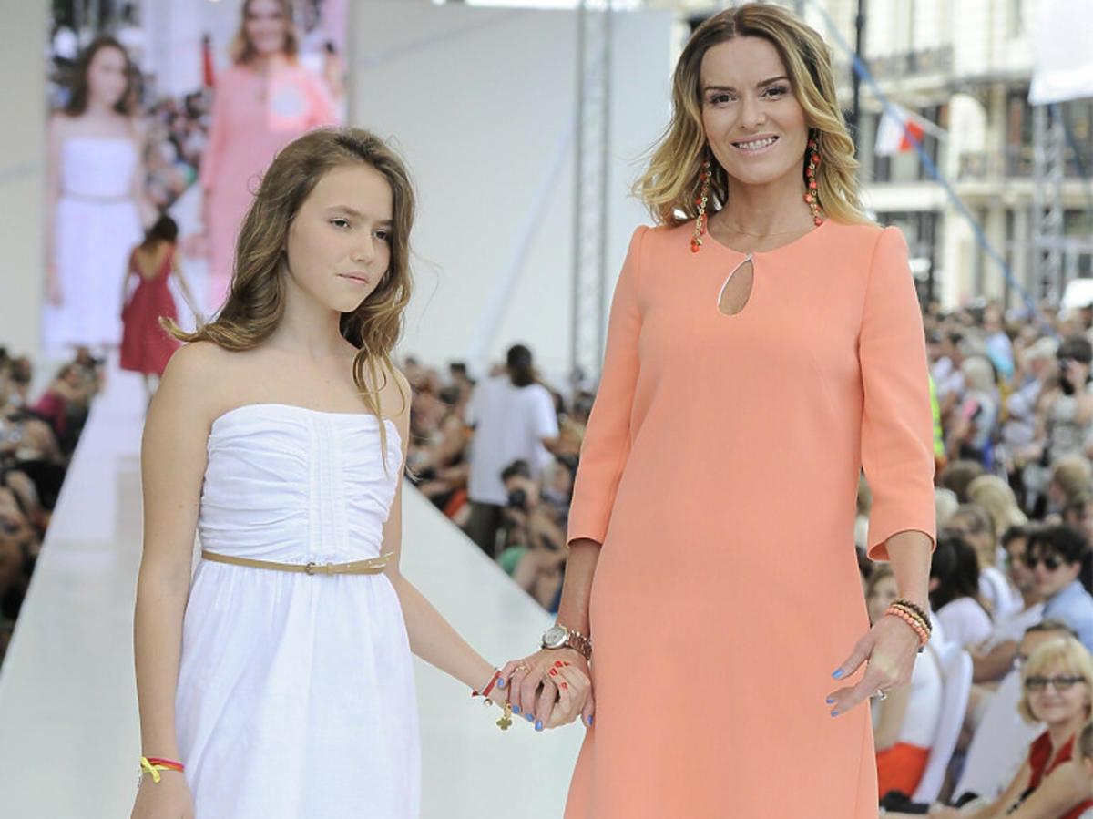 Hanna Lis i Anna podczas wydarzenia kulturalnego, Ania ma około 12 lat