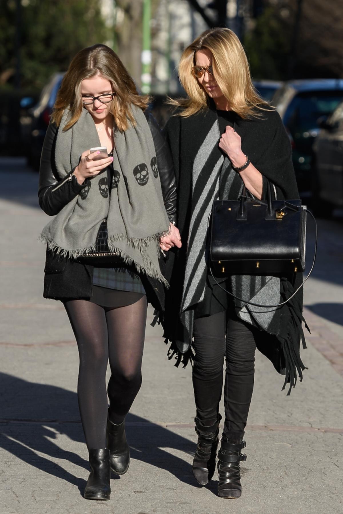 Hanna Lis z córką Anną na ulicy