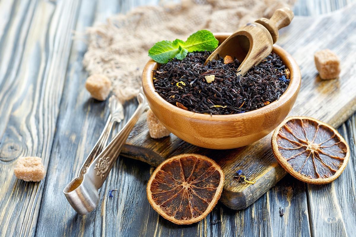 Herbata earl grey liściasta w drewnianej miseczce
