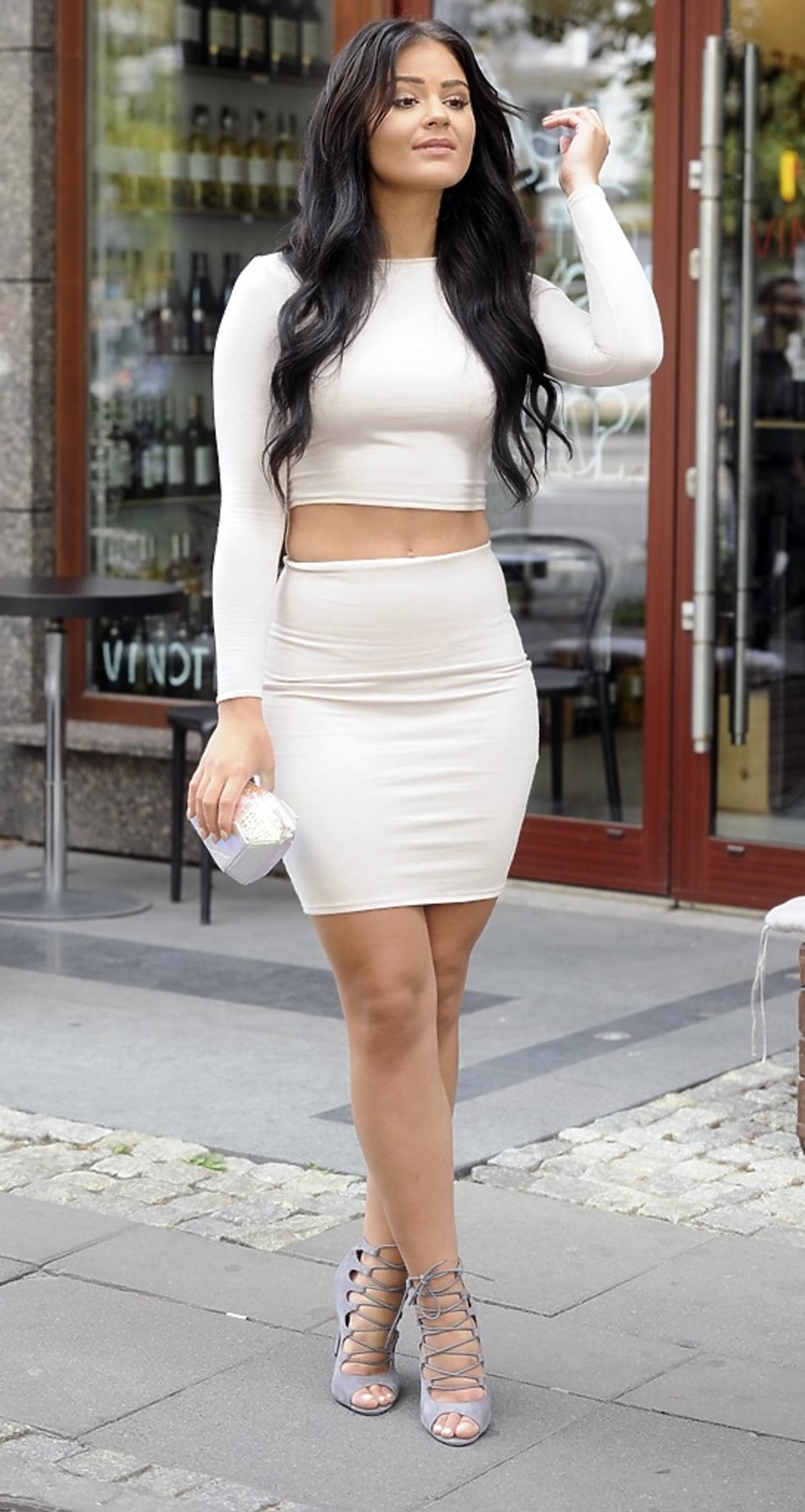 Honorata Skarbek w białej sukience