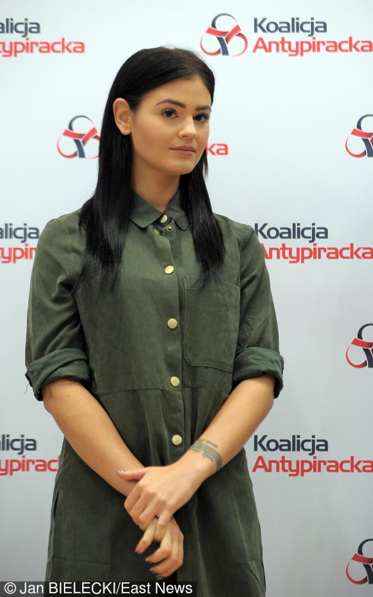 Honorata Skarbek w koszuli