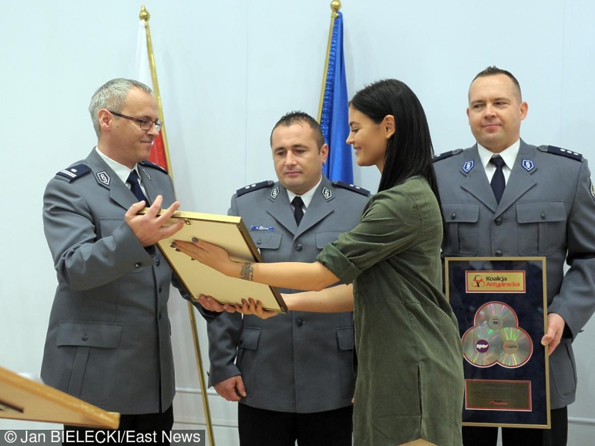 Honorata Skarbek wręcza nagrodę